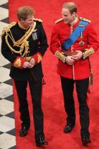 """Ако младоженецът е от кралски род, то той няма кум... ... а """"поддръжник"""". И самият Уилям обаче наруши тази традиция след като преди няколко години посочи брат си за кум!"""
