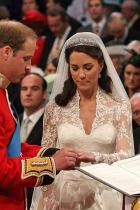 Всички кралски халки са направени от... ... уелско злато. Всичко започва със сватбата на покойната майка на Кралицата през 1923 година. Уелското злато е по-ценно от златото на Австралия или Южна Африка.