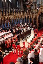 Семейството със синя кръв винаги седи отдясно в църквата по време на ритуала Единственото изключение е когато младоженецът не е от кралски произход - тогава всички се местят в лявата страна.