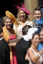 Всички дами трябва да носят шапки Шармантният аксесоар за глава е добре познат в кралския двор. Разбира се, че без него не може да мине и нито една сватба!