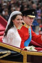 """Винаги има две сватбени церемонии Повечето британски сватбени церемонни се състоят по обяд, а след тях се сяда на така наречената """"сватбена закуска"""". По-късно обаче гостите се събират и за официална вечеря."""