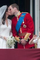 Появата на балкона След церемонията кралското семейство и младоженците винаги се появяват на балкона на Бъкингамския дворец, а пресните съпруг и съпруга се целуват пред народа.