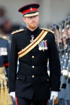 Младоженецът винаги е облечен във военна униформа Тъй като е традиция за кралските особи да служат в армията.