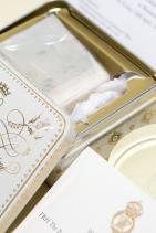 """Парче от сватбената торта се праща по пощата... ... като """"благодаря"""" за гостите, които са присъствали. На снимката се вижда """"подаръкът"""" от сватбата на Уилям и Кейт."""