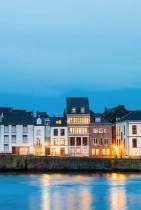 Маастрихт, Нидерландия (Холандия) С богата наследена от Римската империя история и лабиринтите си от малки улички, които плачат да бъдат опознати, Маастрихт е и дом на ред на брой музеи и ще бъде домакин на едно от най-големите изложения за изкуства тази година - 2020 The European Fine Art Fair, Maastricht.