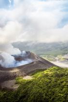 """Вануа̀ту На почти 3 200 километра източно от Австралия, тази живописна """"архипелагична страна"""" е дом на каменисти плажове, самотни острови и зашеметяваща флора и фауна."""