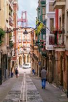 Билбао, Испания С оживен нощен живот, спираща дъха архитектура и неповторим градски пейзаж, не е никак учудващо, че Билбао набира огромна популярност сред туристи и приключенци.